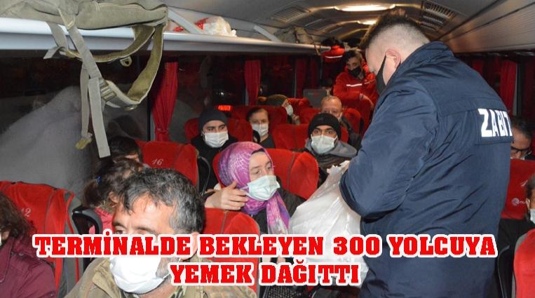 TERMİNALDE BEKLEYEN 300 YOLCUYA YEMEK DAĞITTI